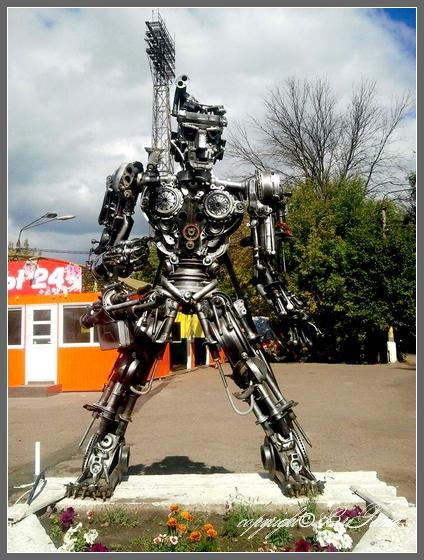 Робот возле магазина