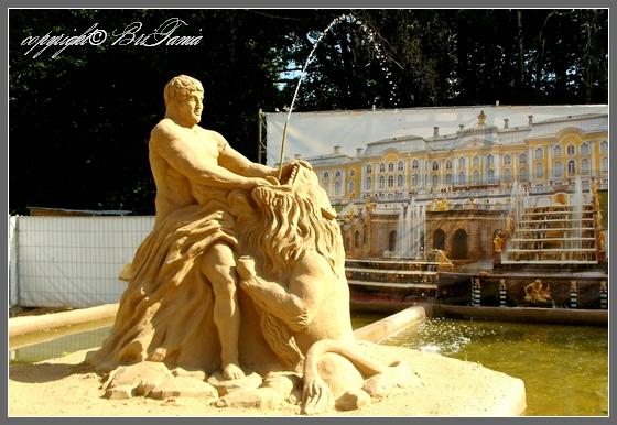 Тритон разрывающий пасть морскому чудовищу (Петергоф, Россия)